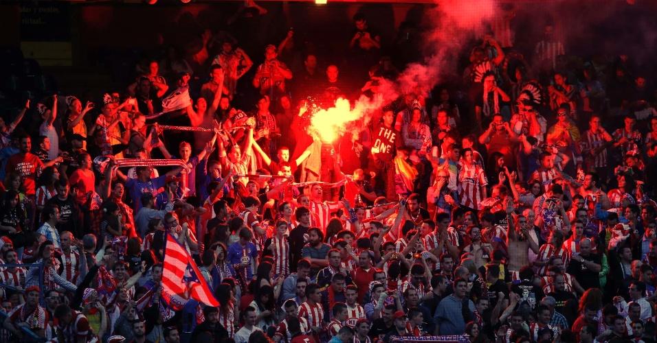 24.mai.2014 - Torcida do Atlético de Madri usa sinalizador durante final da Liga dos Campeões contra o Real Madrid
