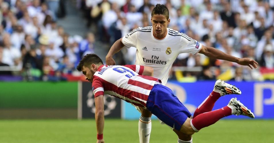 24.mai.2014 - Zagueiro Varane desarma David Villa durante final da Liga dos Campeões entre Real Madrid e Atlético de Madri