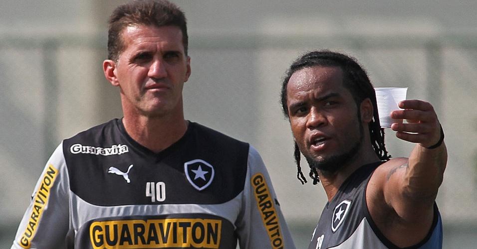20 mai. 2014 - Vagner Mancini conversa com Carlos Alberto durante treinamento do Botafogo no Engenhão