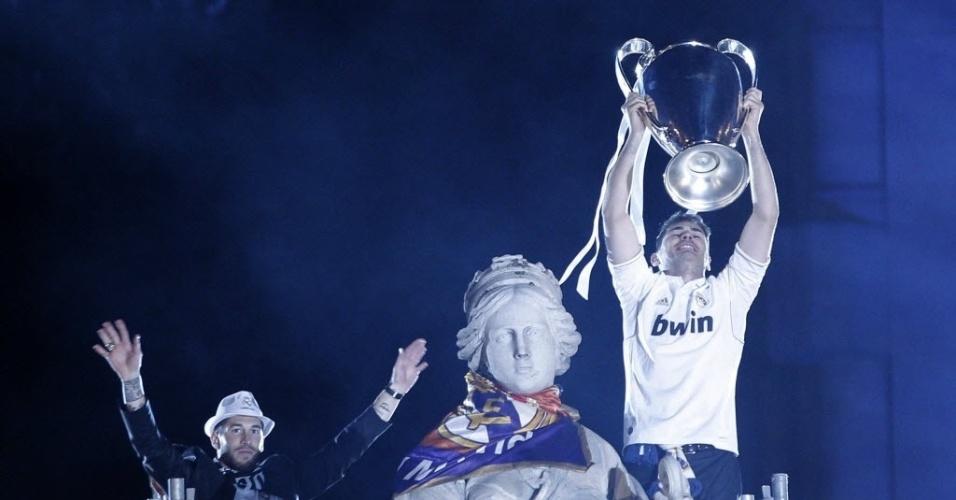 25.05.2014 - Casillas ergue a taça da Liga dos Campeões observado por Sergio Ramos (chapéu)