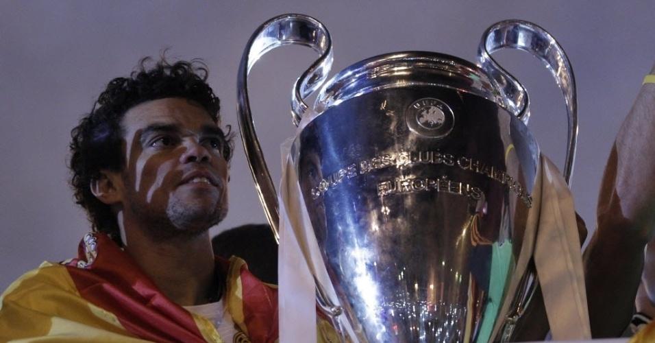 25.05.2014 - Pepe posa ao lado da taça durante as comemorações do título da Liga dos Campeões