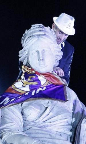 25.05.2014 - Sergio Ramos coloca bandeira do Real Madrid na estátua da deusa Cibeles