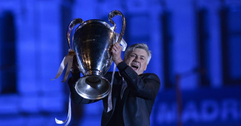 25.05.2014 - Técnico Carlo Ancelotti ergue troféu da Liga dos Campeões