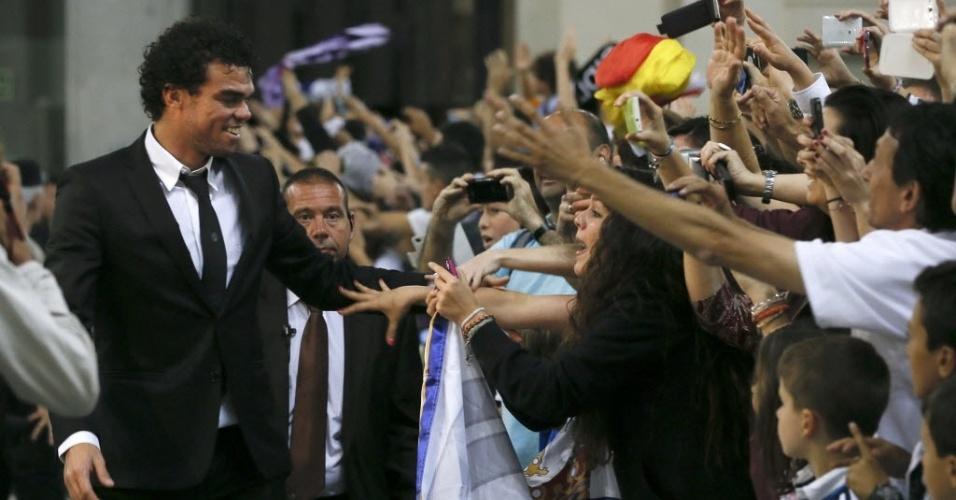 25.mai.2014 - Pepe cumprimenta torcedores no dia seguinte ao título