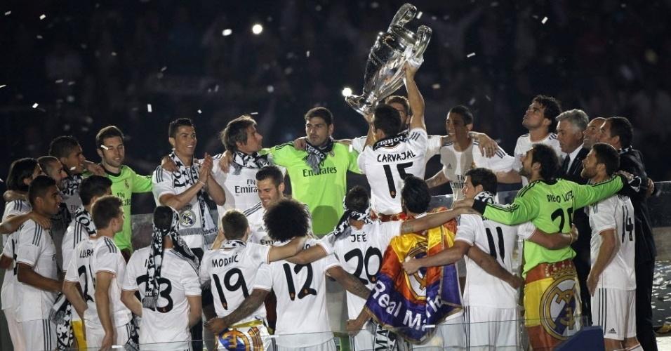 25.mai.2014 - Carvajal levanta a taça enquanto o time se abraça
