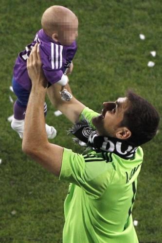 25.mai.2014 - Casillas levanta a filha, que também participou da comemoração