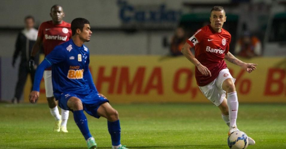 25.mai.2014 - D'Alessandro tenta o passe observado por Egídio durante Inter x Cruzeiro
