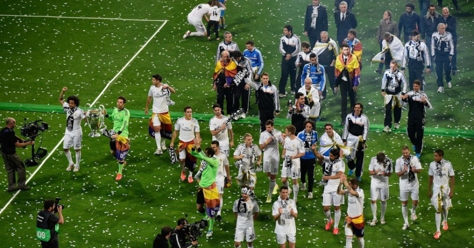 25.mai.2014 - Jogadores do Real Madrid comemoram no campo do Santiago Bernabeu um dia após a final da Liga