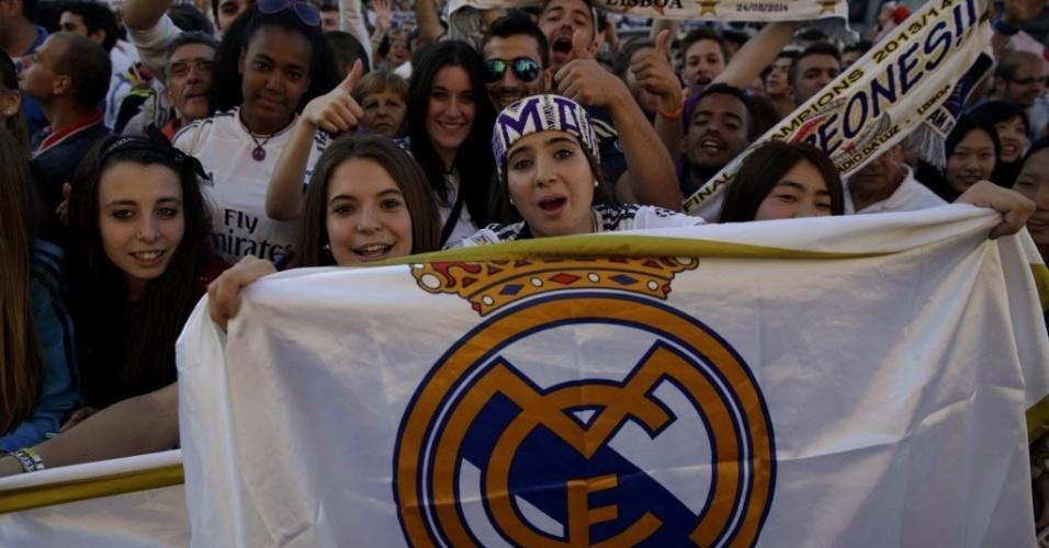 25.mai.2014 - Jovens torcedoras foram às ruas comemorar o título neste domingo, um dia após a final