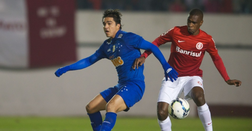 25.mai.2014 - Juan disputa bola com Marcelo Moreno durante Inter x Cruzeiro