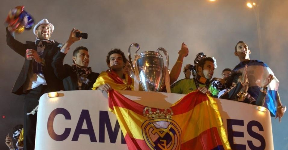 25.mai.2014 - Os jogadores desfilaram até a noite num ônibus de parada, em Madri