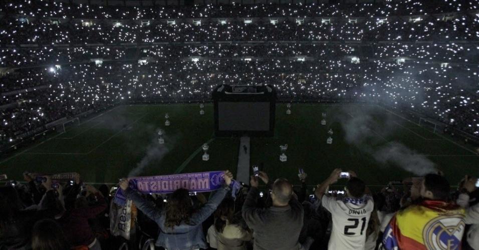 25.mai.2014 - Os torcedores tentaram registrar a festa do décimo título da Liga dos Campeões do Real