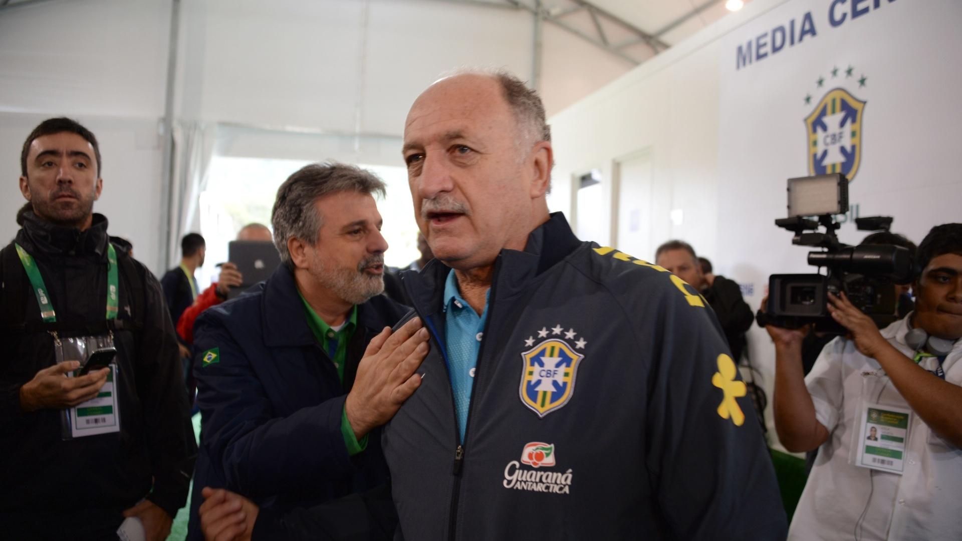 26.05.14 - Felipão caminha pelo centro de imprensa da Granja Comary, sede da seleção brasileira
