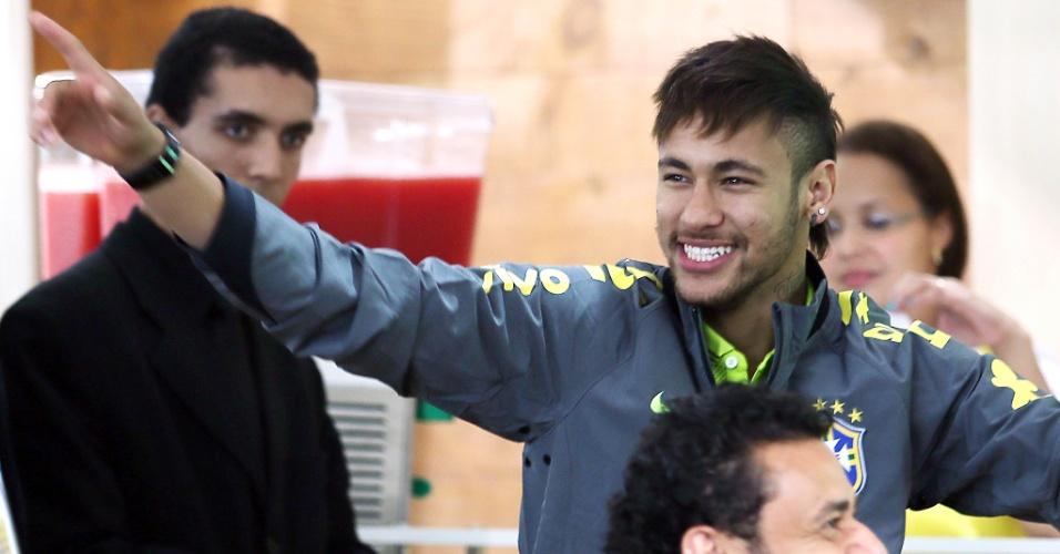26.05.14 - Neymar festeja vitória sobre Fred no videogame em ação de patrocinadores na Granja Comary