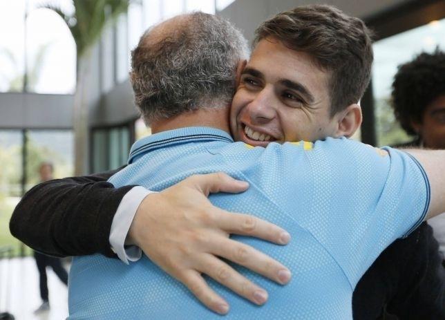 Felipão cumprimenta Oscar em chegada dos jogadores da seleção a Teresópolis