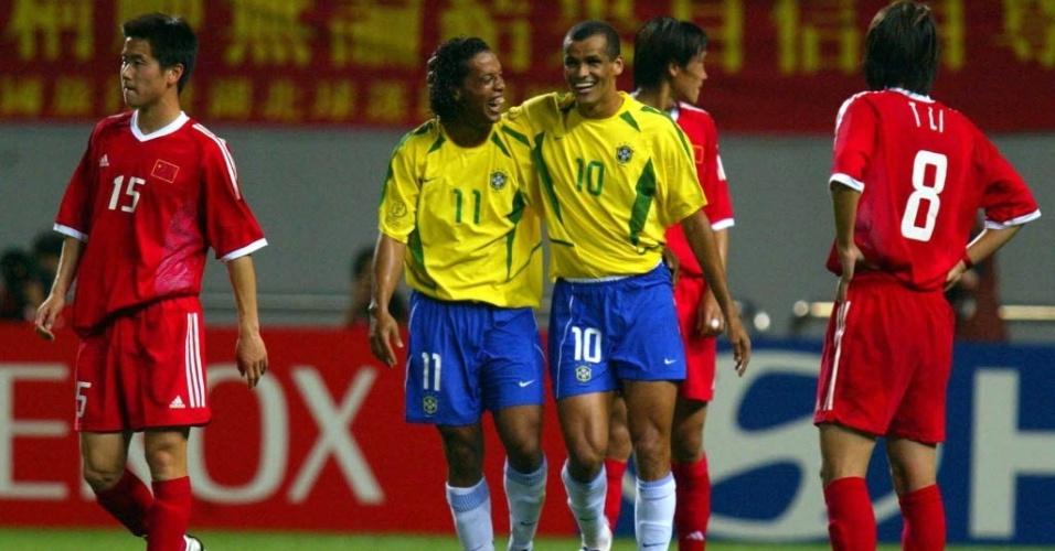 Ronaldinho e Rivaldo celebram gol da seleção brasileira contra a China em 2002