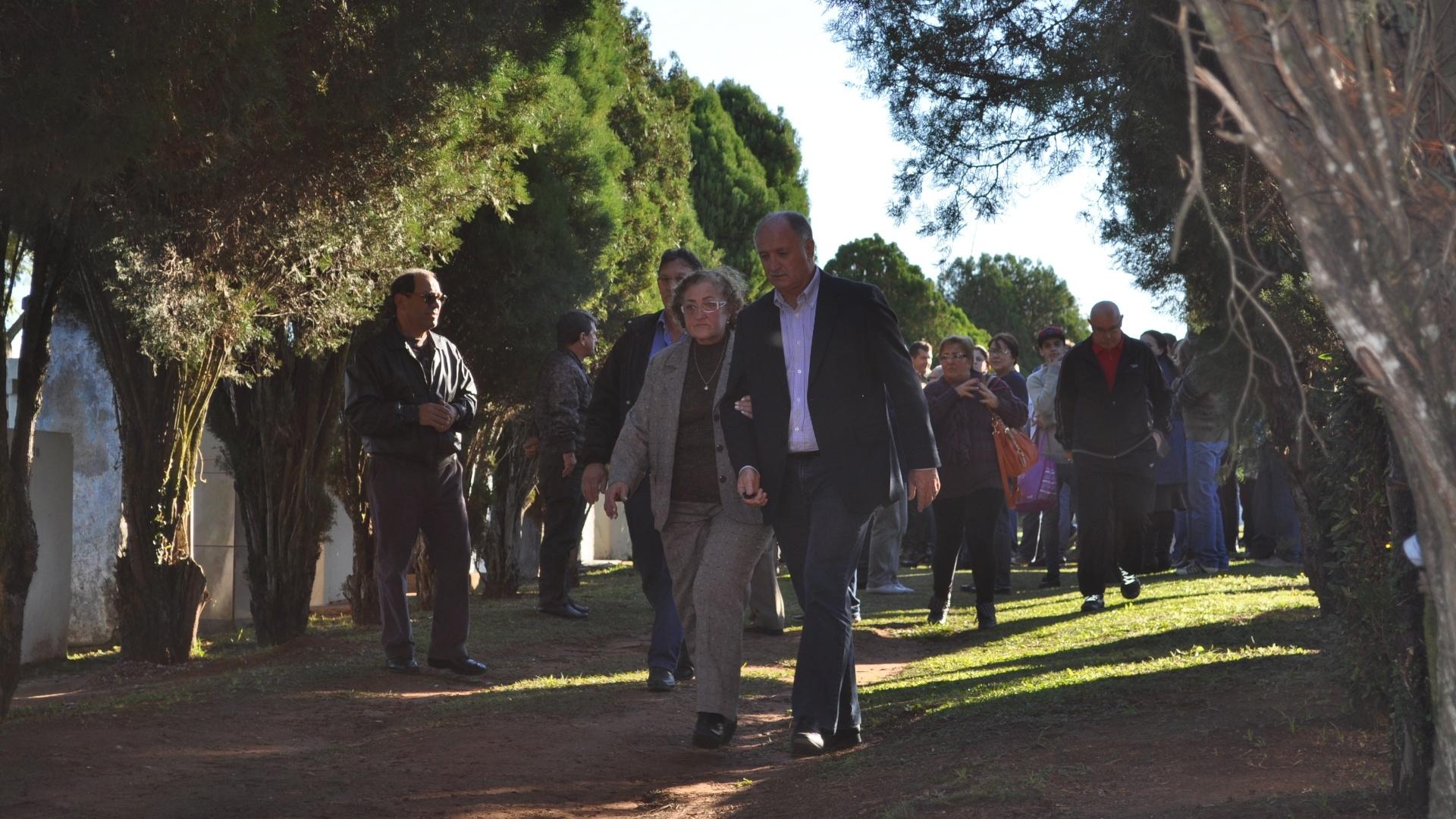27.05.14 - Felipão deixa cemitério após enterro de seu cunhado, em Canoas (RS); técnico da seleção voltará ainda nesta terça para a Granja Comary