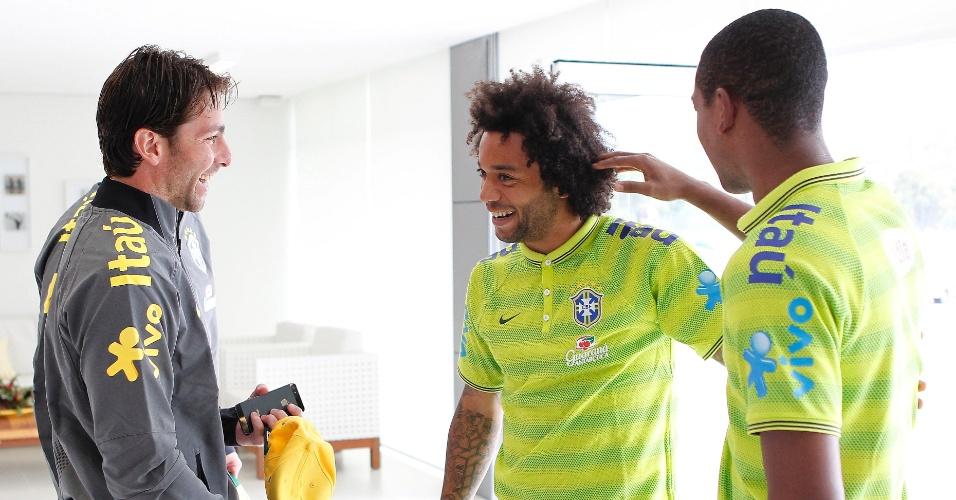 Maxwell e Fernandinho brincam com Marcelo após a chegada do lateral à Granja Comary