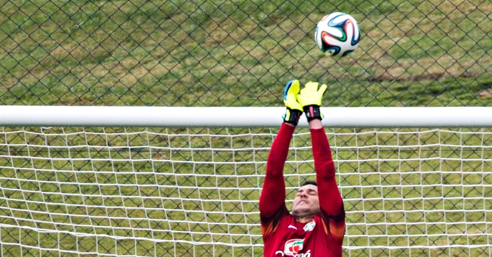 Júlio César espalma a Brazuca durante treino dos goleiros da seleção; titular aprovou a bola