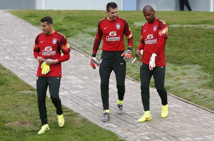 Julio Cesar, Victor e Jefferson chegam para treino específico aos goleiros nesta terça, em Teresópolis