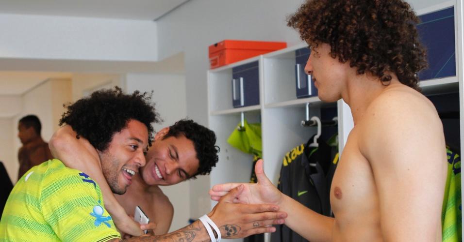 Marcelo cumprimenta David Luiz e Thiago Silva
