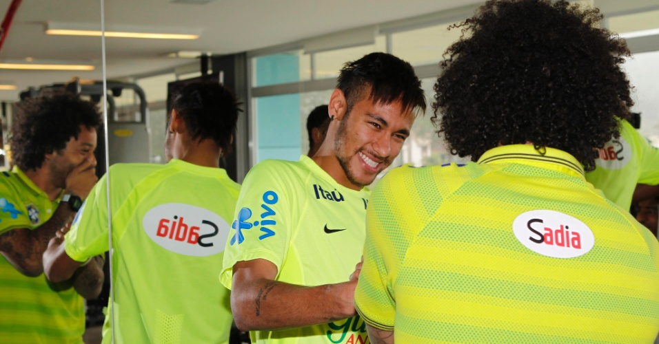 Neymar cumprimenta Marcelo após a chegada do lateral à Granja Comary