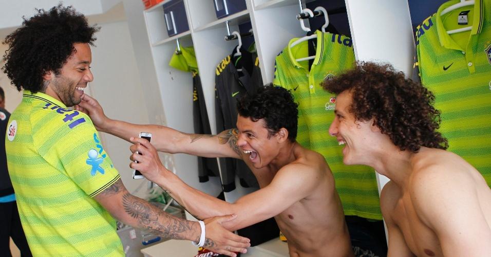 Thiago Silva e David Luiz brincam com Marcelo após a chegada do lateral à Granja Comary
