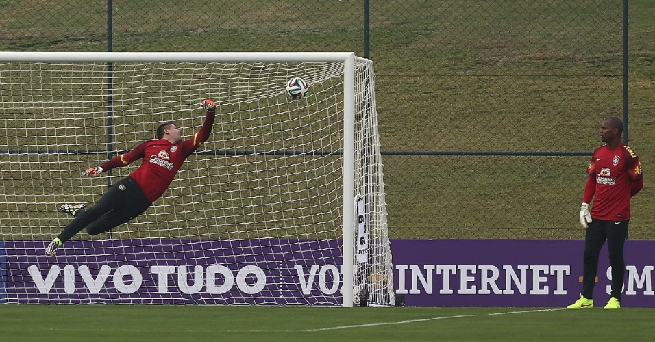 Victor dá uma ponte durante treinamento dos goleiros da seleção