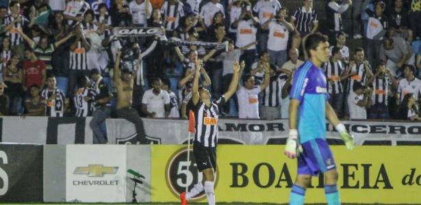 Dátolo comemora o primeiro gol do Atlético-MG na vitória sobre o Fluminense em Ipatinga
