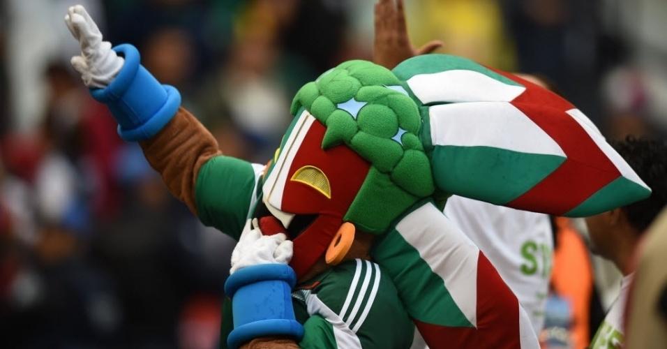 28.mai.2014 - Índio Azteca, mascote da seleção mexicana, dança no campo do estádio Azteca antes do amistoso contra Israel