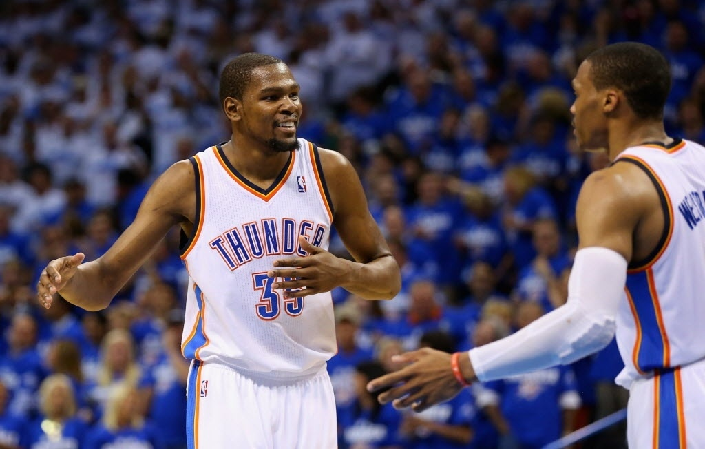 28.mai.2014 - Kevin Durant e Russell Westbrook sorriem e se cumprimentam durante vitória do Oklahoma City Thunder sobre o San Antonio Spurs