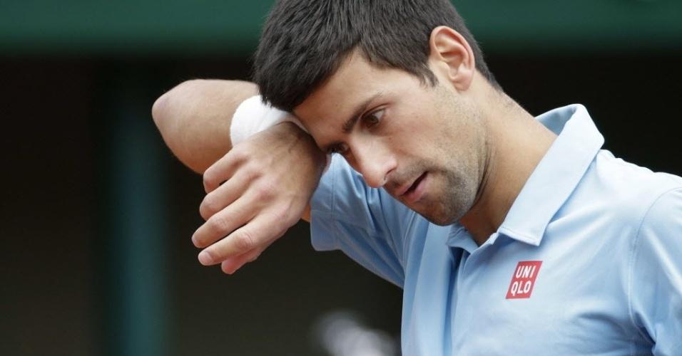 28.mai.2014 - Novak Djokovic enxuga o suor durante partida contra Jeremy Chardy em Roland Garros