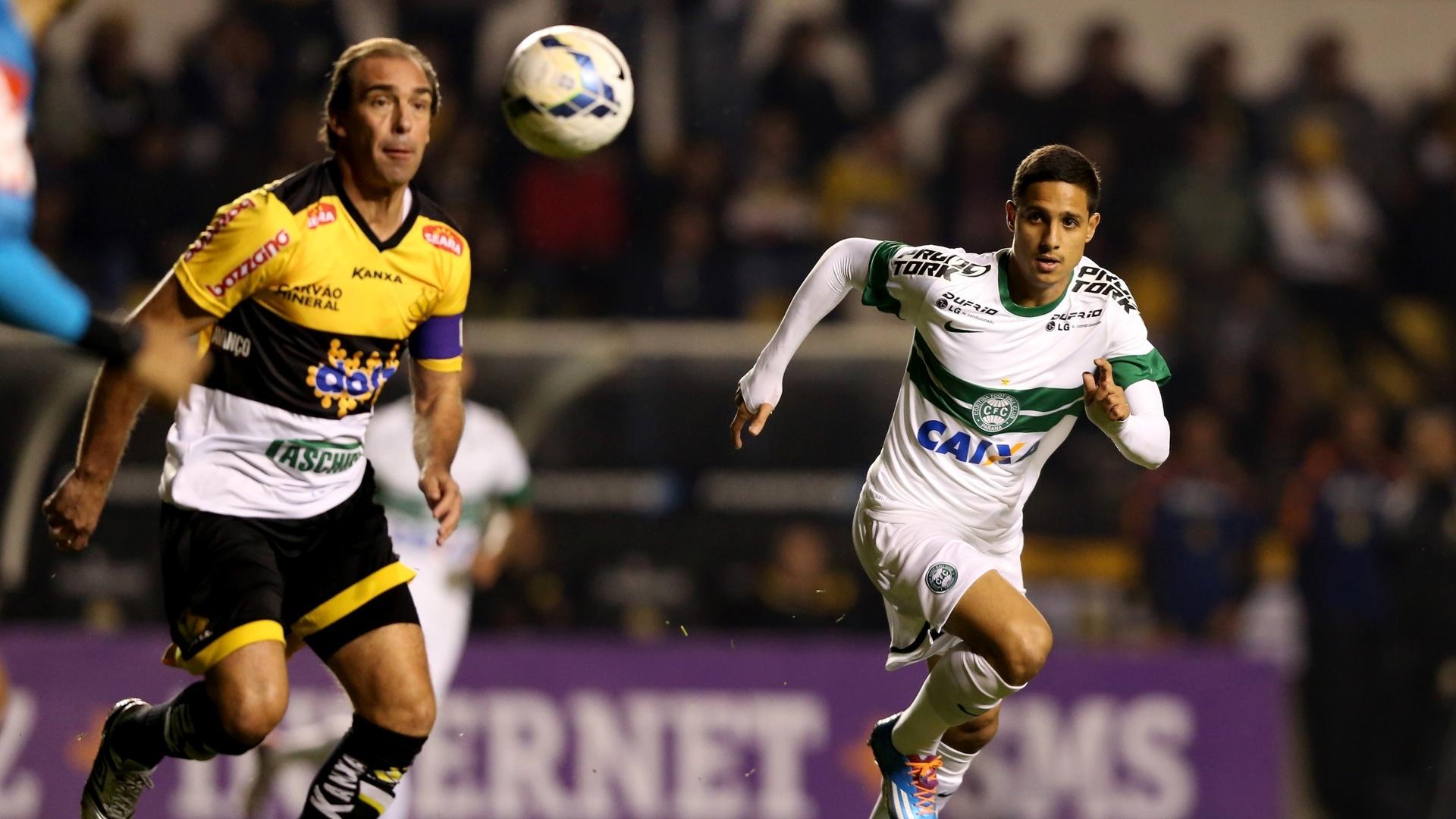 28.mai.2014 - Paulo Baier avança com a bola em partida do Criciúma contra o Coritiba, pelo Brasileirão