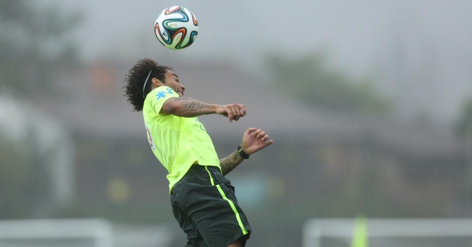 28.mai.2014 - Um dia após se apresentar à seleção brasileira, Marcelo participa de treino com bola na Granja Comary