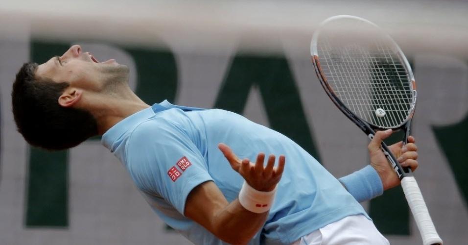 Novak Djokovic grita durante jogo contra Jeremy Chardy