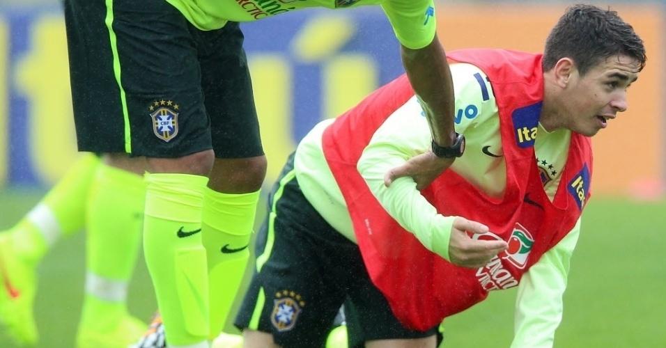 28.mai.2014 - Oscar também vai para o chão durante treino da seleção brasileira