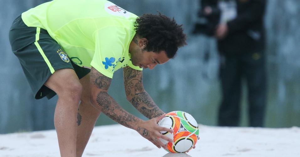 29.05.14 - Marcelo se prepara para colocar bola em jogo durante atividade de futevôlei no campo de areia da Granja Comary