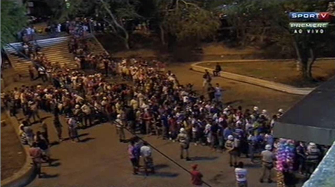 Mesmo com lotação dentro do estádio, torcedores do Bahia faziam fila do lado de fora do estádio no jogo contra o Santos