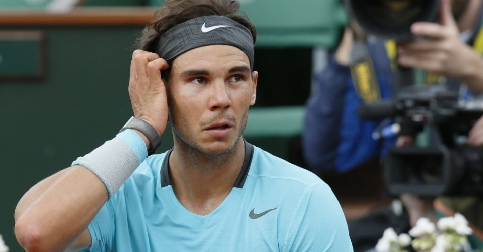 Rafael Nadal descansa durante intervalo entre games na partida contra Dominic Thiem