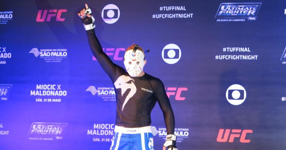 Rony Jason posa com sua máscara após atividade no treino aberto do UFC deste sábado, em São Paulo
