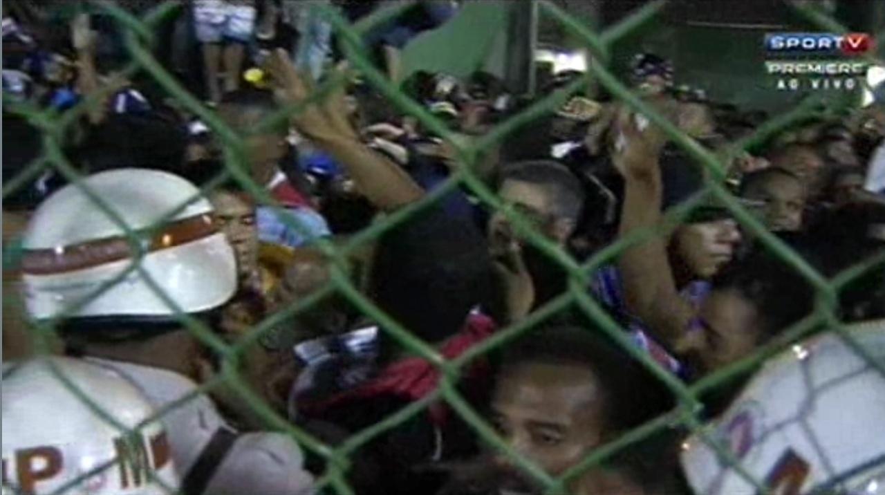 Torcedores se espremem durante duelo entre Bahia e Santos pelo Campeonato Brasileiro