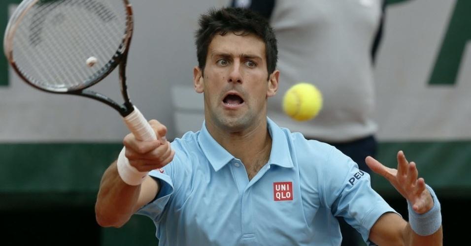 30.mai.2014 - Novak Djokovic faz careta para devolver a bola na partida contra Marin Cilic