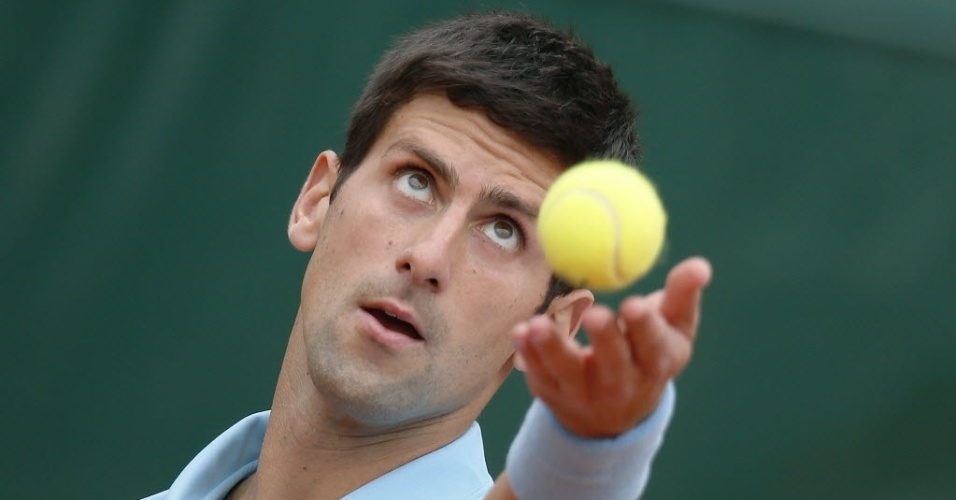 30.mai.2014 - Novak Djokovic se prepara para o saque durante partida de Roland Garros contra Marin Cilic