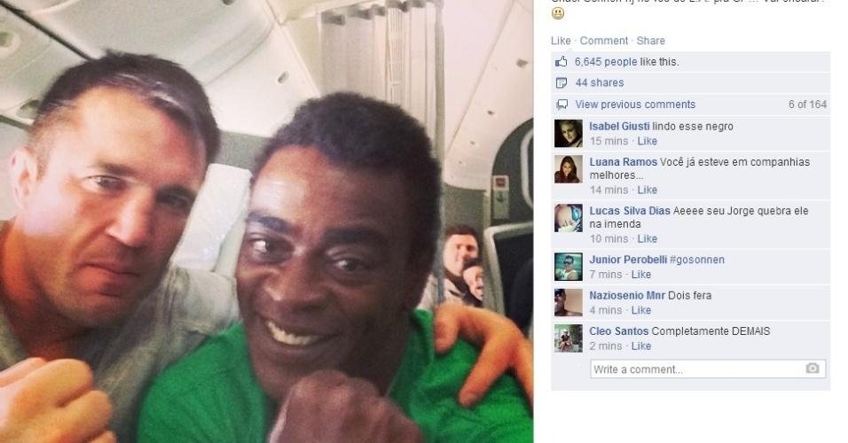 30.mai.2014 - Seu Jorge posa ao lado de Chael Sonnen no avião vindo de Los Angeles para São Paulo
