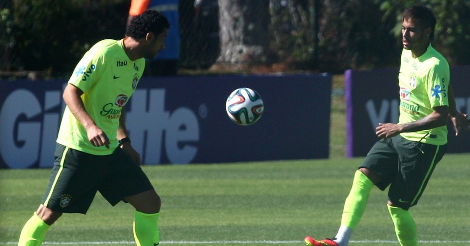 Fred e Neymar trocam passes em atividade na Granja Comary
