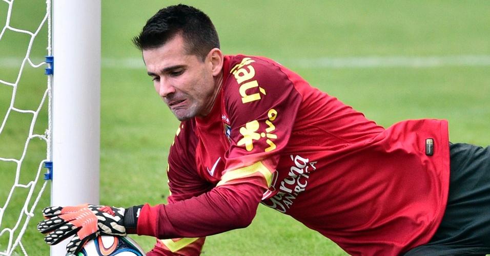 Goleiro Victor faz defesa durante o treino da tarde da seleção brasileira na Granja Comary