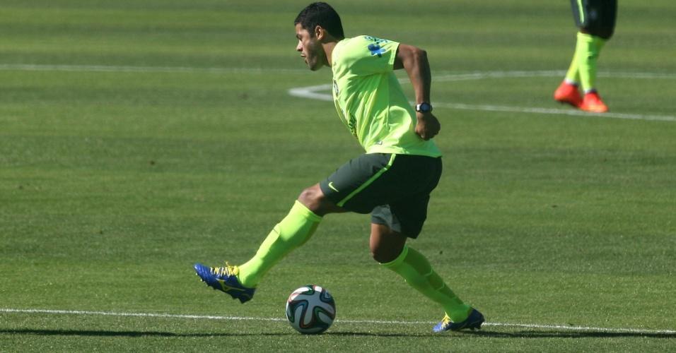 Hulk ensaia pedalada. Seleção realizou treinos de finalizações a gol nesta sexta-feira