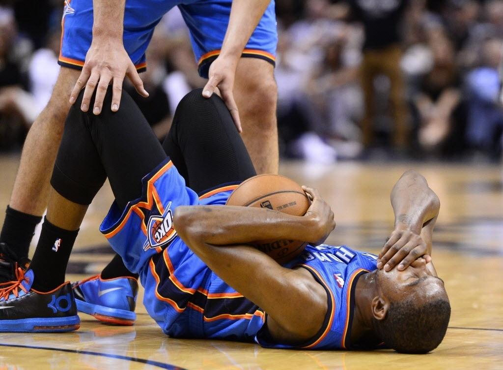 Kevin Durant fica no chão após lance da partida entre Oklahoma City Thunder e San Antonio Spurs