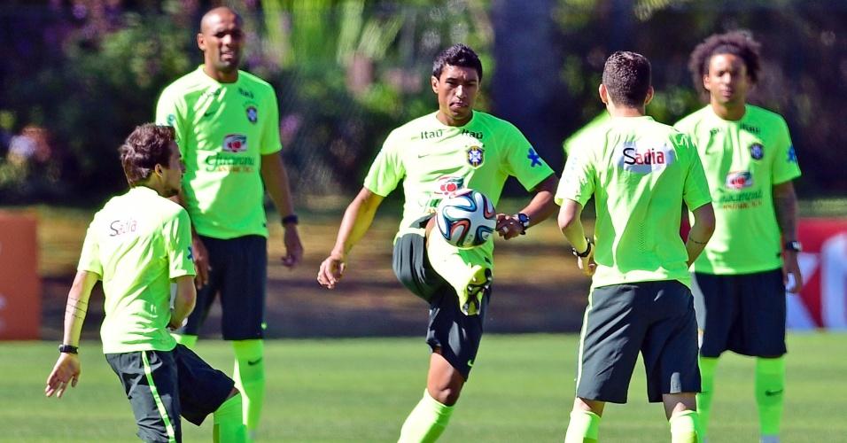 Paulinho (ao centro) participa de treinamento desta sexta, em Teresópolis
