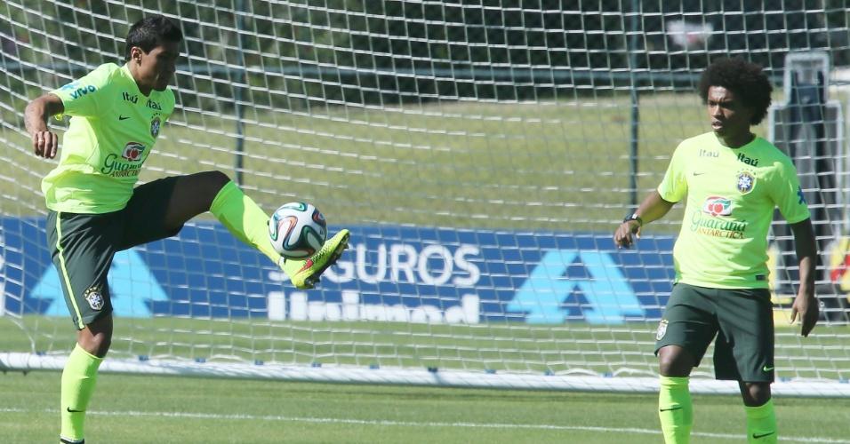 Paulinho e Willian fazem trabalho com bola no treinamento da seleção brasileira nesta sexta-feira na Granja Comary